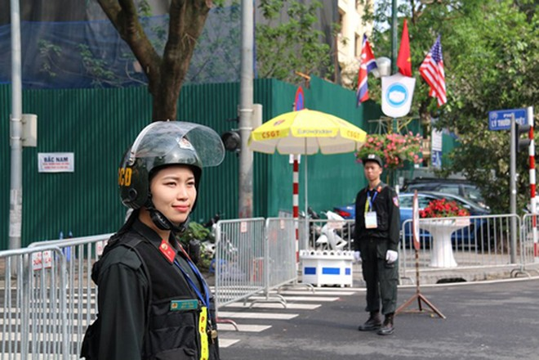 Nữ cảnh sát cơ động Công an Hà Nội tươi tắn khi làm nhiệm vụ bảo vệ