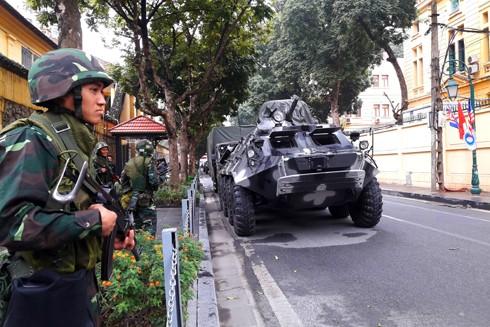 Lực lượng Thiết giáp của Bộ Tư lệnh Thủ đô chốt giữ tại các mục tiêu đặc biệt quan trọng