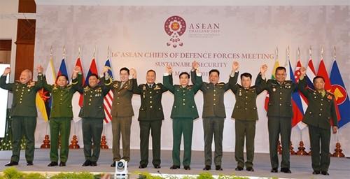 Trưởng Đoàn đại biểu quân sự cấp cao các nước ASEAN bắt tay thể hiện tinh thần đoàn kết, hữu nghị