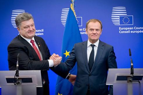 Tổng thống Ukraine Petro Poroshenko (trái) và Chủ tịch Hội đồng châu Âu Donald Tusk