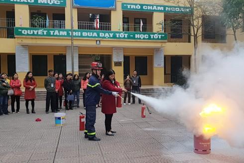CAQ Cầu Giấy tuyên truyền hướng dẫn người dân cách sử dụng bình chữa cháy, và sử dụng gas an toàn