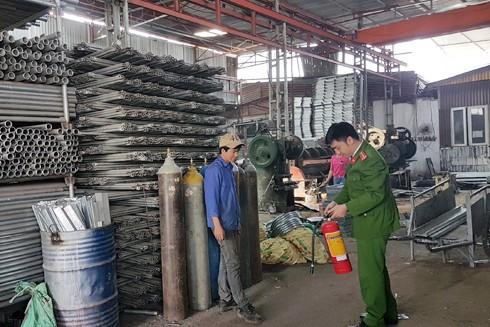 Lực lượng Cảnh sát PCCC và CNCH- CAQ Nam Từ Liêm kiểm tra cơ sở, nhà xưởng về việc chấp hành PCCC