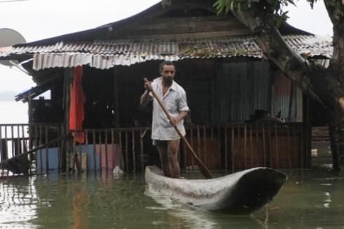 Người dân Indonesia đang phải vât lộn với lũ lụt và sạt lở đất