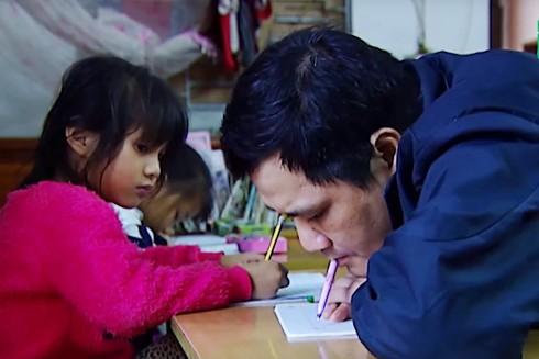 Thầy giáo Phùng Văn Trường khổ luyện viết chữ bằng miệng là tấm gương cho nhiều học sinh ở xã Nam Phương Tiến, huyện Chương Mỹ, Hà Nội