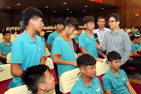 Phó Thủ tướng Vũ Đức Đam trò chuyện với các cầu thủ trẻ tuổi ở Trung tâm thể thao Viettel