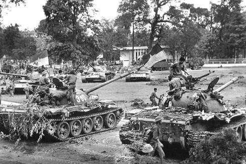 Xe tăng Quân giải phóng trong Dinh Độc lập