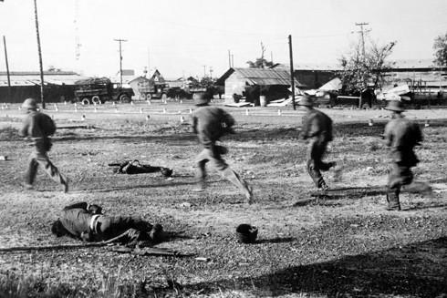 Bộ binh Sư đoàn 304 băng qua xác địch đánh chiếm căn cứ Nước Trong