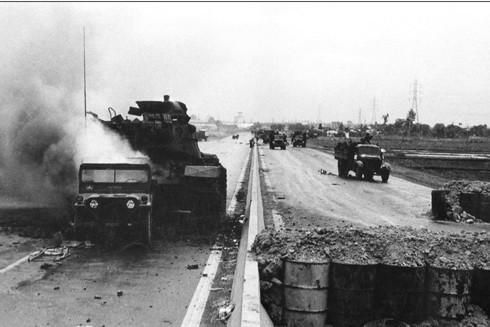 Tiêu diệt xe tăng địch án ngữ trên xa lộ Biên Hòa - Sài Gòn. Ảnh: Đinh Quang Thành