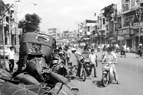 Máy bay trực thăng địch chạy trốn bị bắn rơi trên đường Lý Thái Tổ ngày 30-4-1975