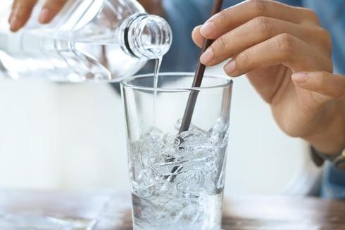 Sai lầm khi uống nước lạnh để hạ nhiệt ảnh 1