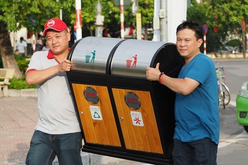 Cựu học sinh 91-94 Hà Nội chung tay dọn rác và tặng thùng rác cho quận Tây Hồ