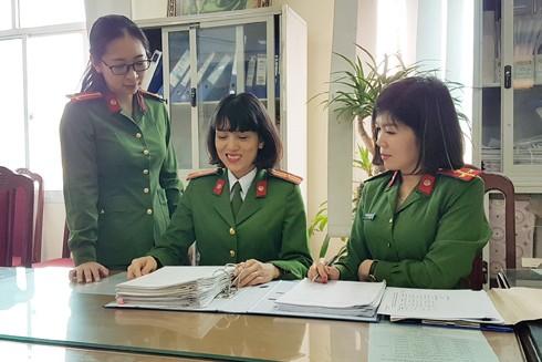 Thiếu tá Hoàng Vũ Thủy (giữa) trao đổi công việc với đồng đội