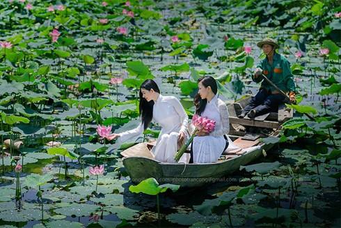 Phái nữ thường cố gắng lưu giữ những kỷ niệm về nhan sắc sau mỗi mùa sen nở