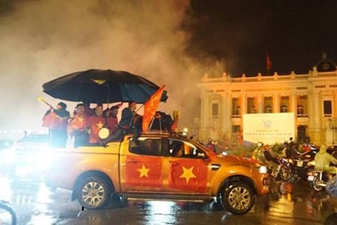 Người dân ăn mừng chiến thắng trong đêm mưa