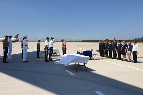 Lễ hồi hương hài cốt quân nhân Mỹ mất tích trong chiến tranh ở Việt Nam diễn ra tại Sân bay quốc tế Đà Nẵng
