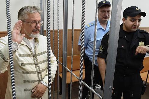 Ông Vasily trong phòng cách ly tại tòa