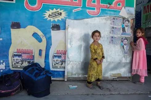 2 trẻ nhỏ tại cửa khẩu Turkham trên biên giới Afghanistan và Pakistan