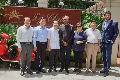 """Cựu Đại sứ Trịnh Đức Dụ (thứ ba từ trái sang) và cựu nữ Tổng Thư ký Ủy ban quốc gia UNESCO Nguyễn Thị Hồi cùng đại diện UNESCO và TP Hà Nội nhân dịp 20 năm Hà Nội được tôn vinh """"Thành phố vì hòa bình"""""""