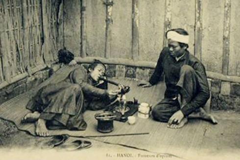 Một cửa hiệu hút thuốc phiện ở Hà Nội xưa