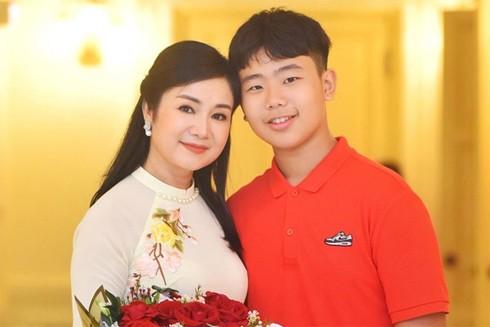 NSND Thu Hà và con trai