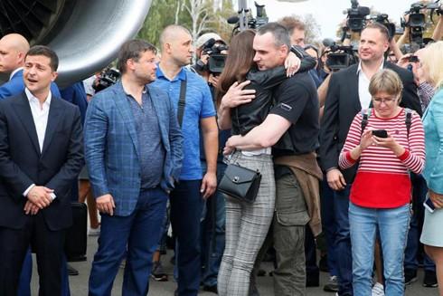 Cảnh gặp gỡ giữa các tù nhân Ukraine được Nga trao trả với người thân tại sân bay ở ngoại ô Thủ đô Kiev