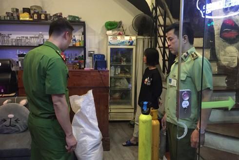 """Lực lượng chức năng Hà Nội kiểm tra 1 cơ sở tập kết """"khí cười"""""""