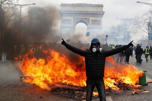 Núp dưới vỏ bọc gọi là Bất tuân dân sự, song phong trào áo vàng tại Pháp đã biến thành bạo động và gây ra những hậu quả nghiêm trọng cho nước Pháp