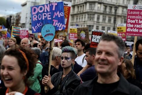 Người dân Anh ra đường biểu tình phản đối Thủ tướng Boris Johnson