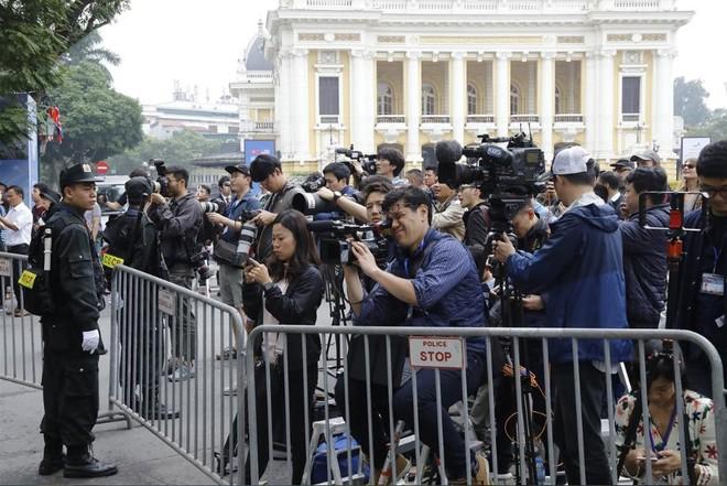 Phóng viên quốc tế và Việt Nam tác nghiệp trong một sự kiện ở Thủ đô Hà Nội