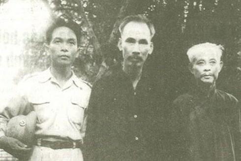 Chủ tịch Hồ Chí Minh, Đại tướng Võ Nguyên Giáp và Trưởng Ban Thường trực Quốc hội Bùi Bằng Đoàn (ngoài cùng bên phải) năm 1948 ở ATK Định Hóa, Thái Nguyên