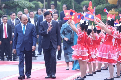 Thủ tướng Nguyễn Xuân Phúc và Thủ tướng Lào Thongloun Sisoulith với thiếu nhi Thủ đô Hà Nội tại lễ đón