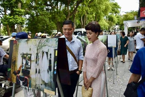"""Triển lãm ảnh """"Hanoi 36 frames"""" thu hút đông đảo người xem tới thưởng lãm"""