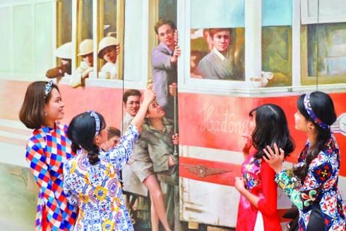 Các thiếu nữ Hà Nội trong trang phục áo dài trên phố bích họa Phùng Hưng