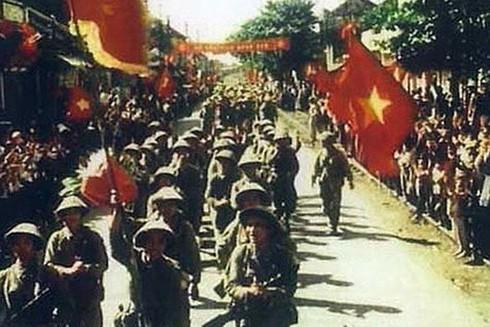 Đoàn quân giải phóng từ các cửa ô tiến về Hà Nội (ảnh tư liệu)