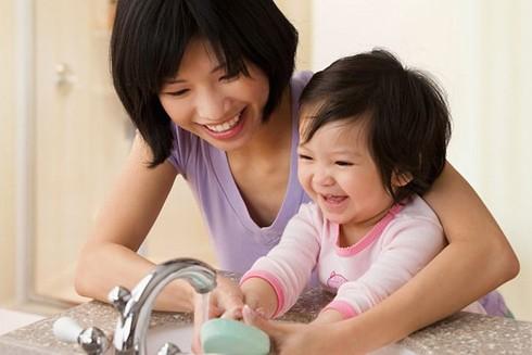 Hình thành thói quen rửa tay cho trẻ để phòng ngừa giun sán
