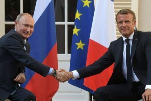 Pháp đang có nhiều động thái tích cực cải thiện quan hệ với Nga (Trong ảnh: Tổng thống Pháp Emmanuel Macron gặp gỡ, trao đổi với Tổng thống Nga Vladmir Putin tại Fort de Bregancon, miền Nam nước Pháp, ngày 19-8-2019)