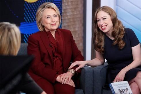Bà Hillary Clinton cùng con gái vừa ra mắt cuốn sách mà hai mẹ con là đồng tác giả
