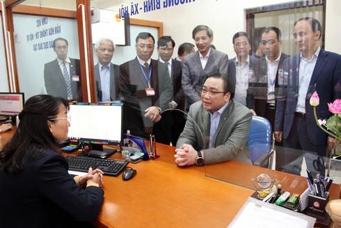 Công tác cải cách hành chính được Hà Nội đặc biệt chú trọng (Trong ảnh: Bí thư Thành ủy Hà Nội Hoàng Trung Hải kiểm tra bộ phận một cửa tại quận Hai Bà Trưng)
