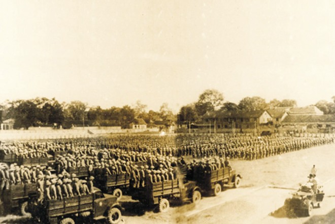 Toàn thể quân đội về Thủ đô, tập trung ở Sân vận động Cột Cờ nghe Thiếu tướng, Chủ tịch Ủy ban quân chính