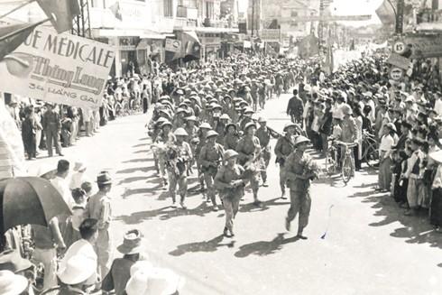 Trung đoàn Thủ đô đi đầu về đến phố Hàng Gai (Hà Nội) ngày 10-10-1954. Ảnh: Trung tâm lưu trữ Quốc gia III