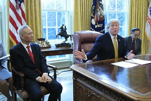 Tổng thống Mỹ Donald Trump trong một lần tiếp Phó Thủ tướng Trung Quốc Lưu Hạc tại Nhà Trắng