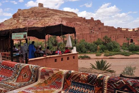 Bên ngoài Ait Benhaddou còn có nhà hàng phục vụ nhu cầu ăn uống của du khách