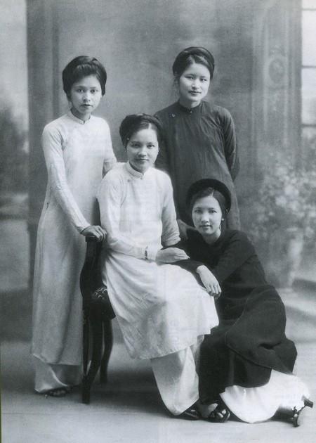 Áo dài là mốt thời thượng của phụ nữ trong các gia đình trí thức, tư sản trước năm 1954