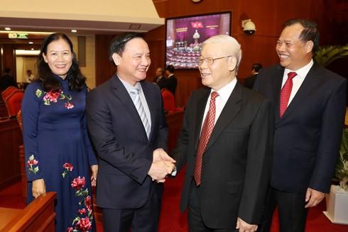Tổng Bí thư, Chủ tịch nước Nguyễn Phú Trọng với các đại biểu dự bế mạc Hội nghị Trung ương 11 - khóa XII