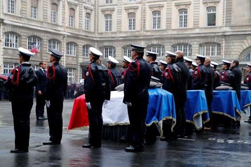 Tổng thống Pháp Emmanuel Macron dự lễ tang của 4 cảnh sát Paris bị đồng nghiệp theo Hồi giáo cực đoan sát hại