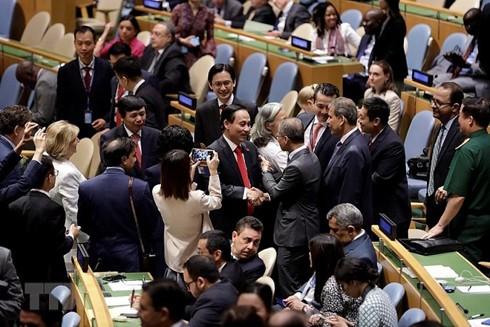 Đại diện các quốc gia chúc mừng Việt Nam ngay sau khi được bầu làm Ủy viên không thường trực Hội đồng bảo an Liên hợp quốc nhiệm kỳ 2020-2021 với số phiếu kỷ lục và gần như tuyệt đối 192/193