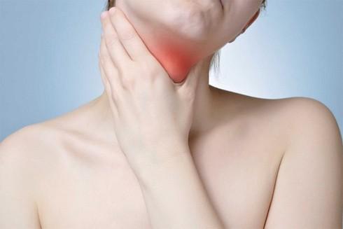 Các triệu chứng của bệnh suy tuyến giáp không rõ ràng, thường phụ thuộc vào mức độ nghiêm trọng của sự thiếu hụt nội tiết tố