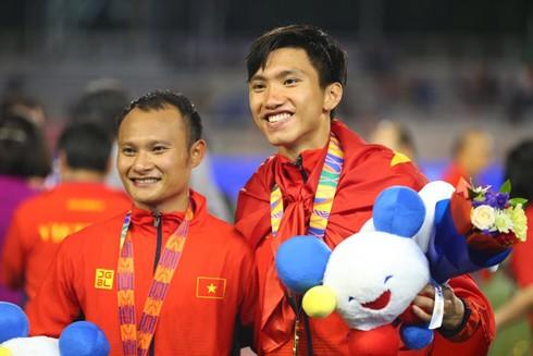 Đoàn Văn Hậu (phải) vẫn đủ tuổi dự SEA Games 31