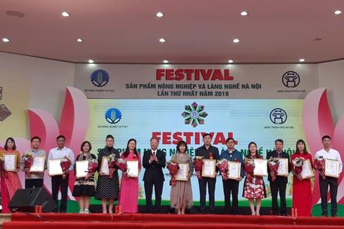 Phó Chủ tịch Thường trực UBND thành phố Hà Nội Nguyễn Văn Sửu trao Giấy chứng nhận sản phẩm đạt chuẩn OCOP cho các chủ thể tham gia chương trình