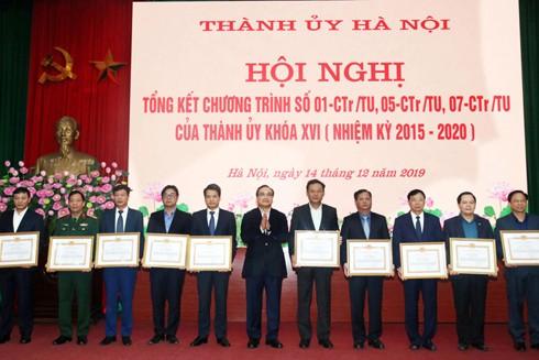 Đồng chí Hoàng Trung Hải, Bí thư Thành ủy Hà Nội trao Bằng khen tặng các tập thể xuất sắc thực hiện Chương trình số 01-CTr/TU